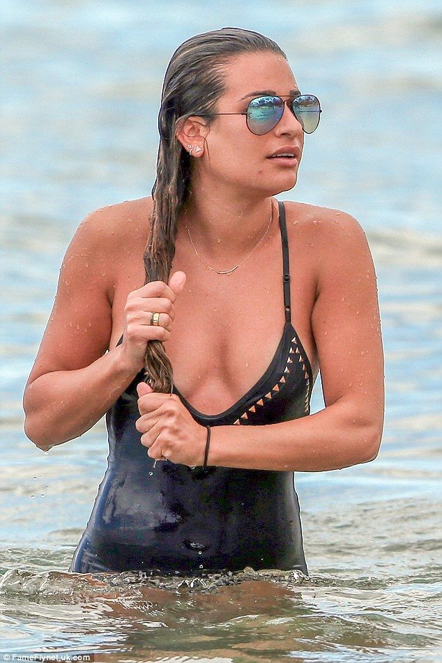 Beach babe! Michele rounded out her laid-back vibe with a pair of tinted Ray-Ban shades and several gold earrings