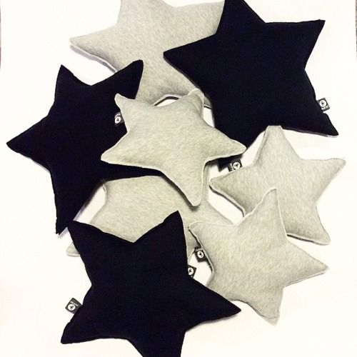 CUSCINO A STELLA by Clo & # 8217; & # 160 eT ;: Per sognare tutto l & # 8217; anno.  Cuscino in felpa Nelle varianti bianco -grigio e nero.  Due dimensioni: piccola (32 & # 160; cm) grande (46 & # 160; cm) Pezzi LIMITAZIONI D'.  #cuscino #pillow #divano #letto #cloet #cloetdesign #design #perlei #regalo #ideeregalo #Natale # Natale2014 #Bergamo #donna #moda #tendenze #Home #perlei #perlui #oggettistica #decorazione #italcementi #interior #white #noel #sempre # Festività #stella #love ...