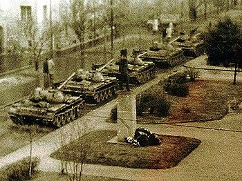 1956. november 4. Szovjet tankok Pécsen. I 1956. november 4. Soviet tanks in Pécs, Hungary.