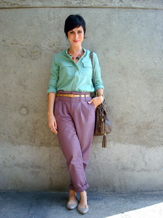 Ana veste: Camisa Maria Filó para C&A - 79,90 Calça Leeloo - 89,00 Cinto da Feira Hippie (BH) - 5,00 Bolsa Renner antiga - 79,90 Colar Ebay - 24,90 dól