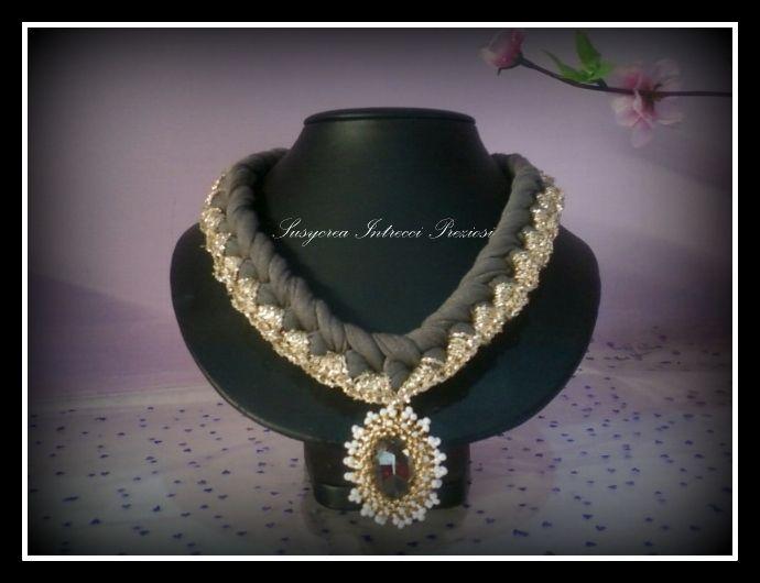 Collana in fettuccia ,lurex in  oro e pietra incastonata con perline ..