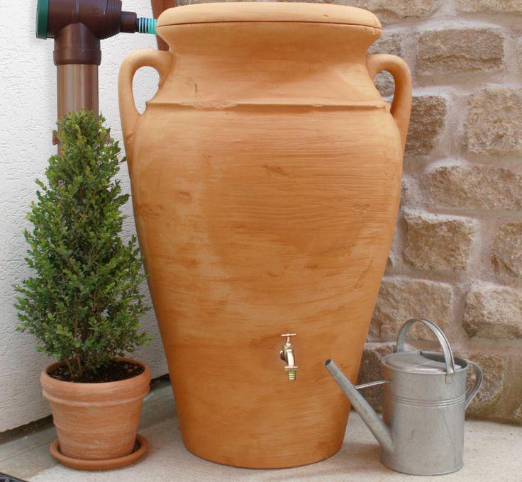 De Amphore Terracotta regenton. Goed om 300 liter water in op te vangen. Dit is nog eens een stijlvolle regenton. #stekmagazine