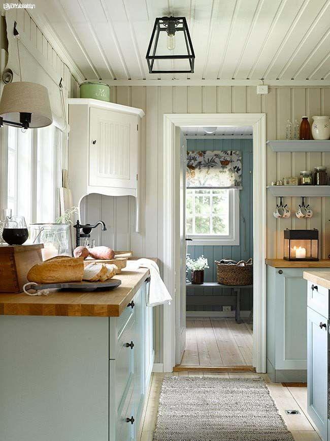 Idag är köket ljust och fräscht med inslag av blågröna toner. Bänkskivorna i trä ger rummet en behaglig mjuk känsla. Panelväggarna: LADY Supreme Finish matt 1140 Sand. Paneltak: LADY Supreme Finish matt 471 Lys Antik. Köket kommer från Bærum Kjøkkensenter, och är i kulören s3005-B80G. Vill du själv måla om ditt gamla kök, använd LADY Supreme Finish – vår bästa färg för trädetaljer inomhus.