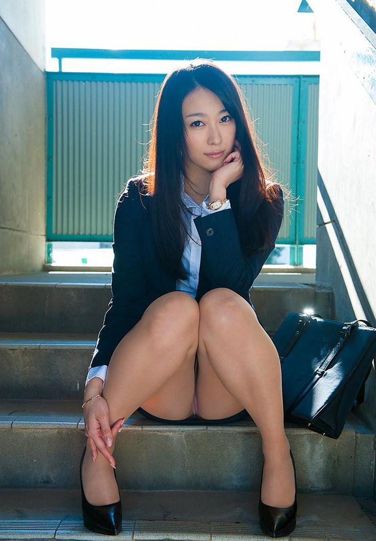 ハイどうも!今回は一緒に働きたいセクシーOLお姉さんのエロ画像を20枚まとめました!パツパツのスーツ姿に美脚ス…