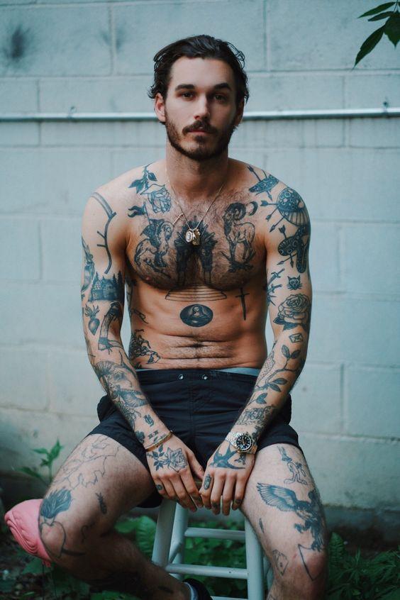 tatuagens masculinas no braço, nas pernas, corpo