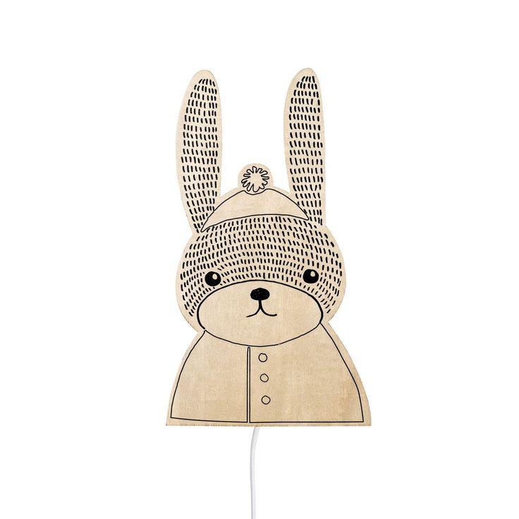 Dřevěná lampa pro děti ve tvaru zajíce od dánské značky Bloomingville dodávaná pro české e-shopy Bella Rose a Nordic Day.