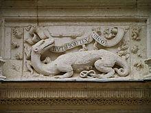 """La salamandre de François I° et sa devise: """"Nutrisco et extinguo"""" (je nourris le bon feu et j'éteins le mauvais) Chateau d'Azay le Rideau - Quand François accède au trône en 1515, il a 20 ans et la réputation  d'être un humaniste. Il est sacré à la cathédrale de Reims le 25 janvier 1515, date retenue à cause de sa guèrison jugée miraculeuse survenue 13 ans plus tôt le même jour que la conversion de Paul. Il choisit comme emblème de reprendre celui de ses aïeux, la salamandre."""