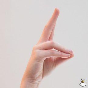 Toque as pontas do dedo anelar e do dedo mindinho em seu polegar.Esticar os dois restantes.  Significado: prana mudra é toda sobre a vitalidade e a força da vida.  Este mudra pode ser uma força poderosa para a energia, porque ajuda a despertar a energia da mente. Se você está se sentindo lento, experimente esta posição!