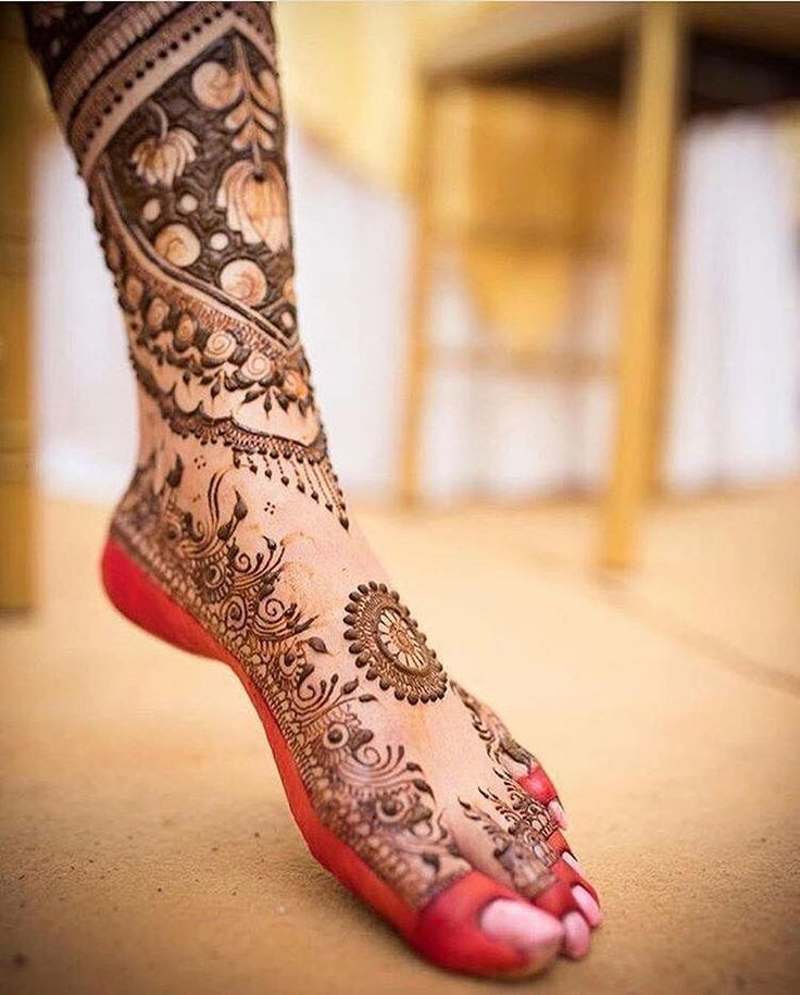 Red alta with mehendi looks truly inspiring | wedding tips | wedding inspirations | wedfine.com | wedding venue search |
