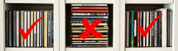 CDs & DVDs stapeln sich besser nebeneinander anstatt übereinander. So lassen sich einzelne CDs / DVDs leichter aus dem Stapel ziehen. Ein einheitliches Bild beruhigt außerdem das Auge. :)