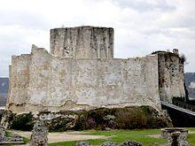 Ruines de Château-Gaillard . La succession de Richard Coeur de Lion ne va pas de soi: face à Jean sans terre  Arthur de Bretagne (âgé de 12 ans), fils de son frère aîné Geoffroy II de Bretagne. Philippe Auguste prend position pour Arthur, qui est assassiné en 1203. Philippe  entame le siège de Château Gaillard en sept 1203.  Jean fait l'erreur de quitter la Normandie . Chateau-Gaillard tombe le 6 mars 1204. Philippe Auguste peut alors envahir l'ensemble de la Normandie.