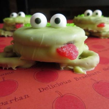 Another way to eat frogs! Try this #oreo frogs recipe for your #halloween #party