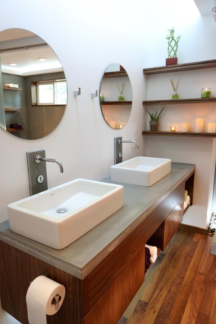 Бюджетный вариант для оформления ванной комнаты с современными накладными раковина на подвесную мебель. #подвесная_мебель_в_ванну_комнату #мебель_для_ванной #накладная_раковина #бюджетный_вариант_для_ванной #смеситель_для_раковины