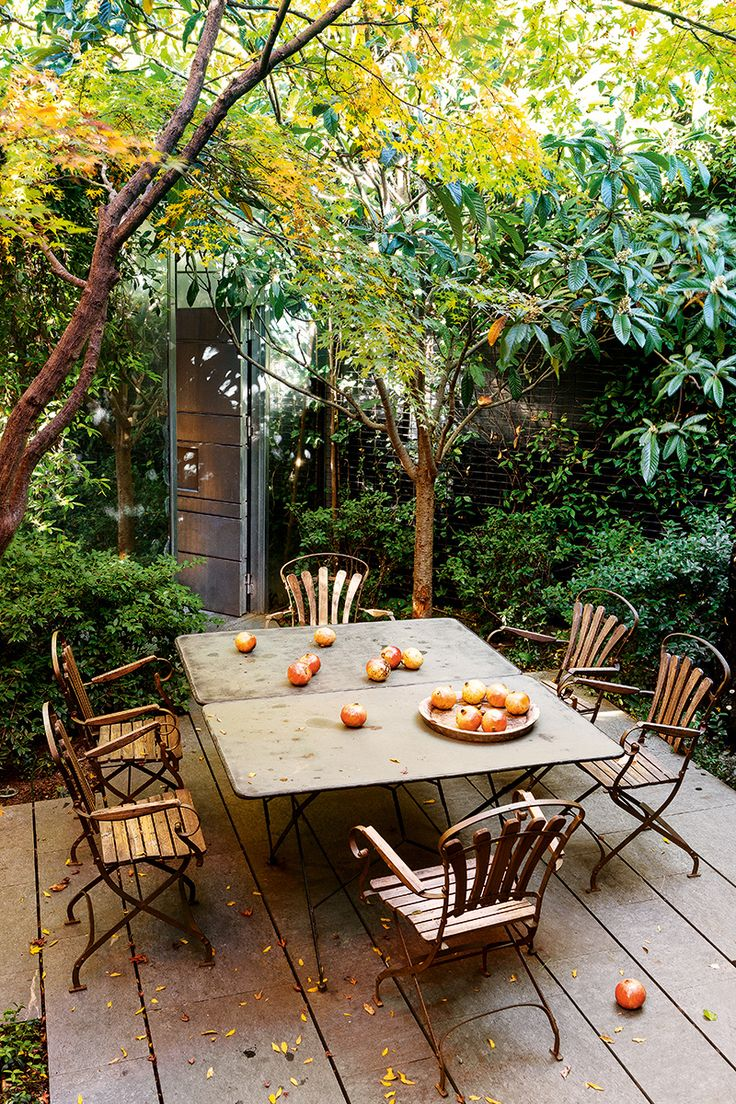 Jardín exterior - AD España, © Ricardo Labougle Mesa y sillas de almoneda rodeadas de arces y nísperos. El jardín fue idea del paisajista Luis Vallejo y su mujer, Guaria. Foto Ricardo Labougle