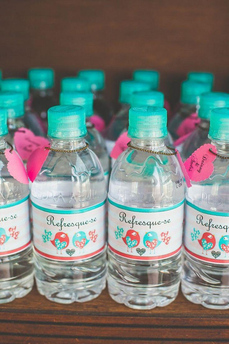 Garrafinhas de água personalizadas.
