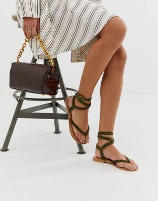 DISEÑO Sandalias planas de cuero Fix It   – Style Guide