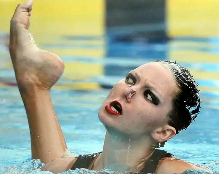 How did you get here?Professional swimmers are often superb in body flexibility, but this photo clearly defies any logical explanation, even the swimmer gets surprised.