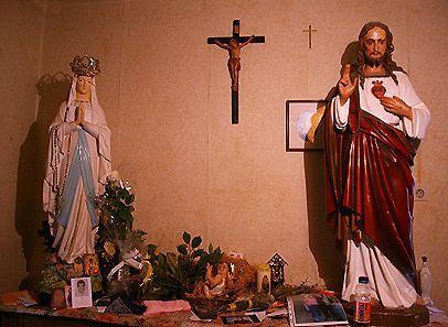 Vanwege het verbod van de plaatselijke bisschop moesten de kinderen echter vanaf april 1985 deze plaats in de kerk als plaats van de verschijningen verlaten.  Van toen af hadden de verschijningen plaats in een kamer op de pastorie.  Sinds het begin van de verschijningen tot op de dag van vandaag zijn er slechts vijf dagen geweest, waarop niemand van de zieners O.L.Vrouw heeft gezien.  O.L.Vrouw verscheen niet altijd op dezelfde plaats