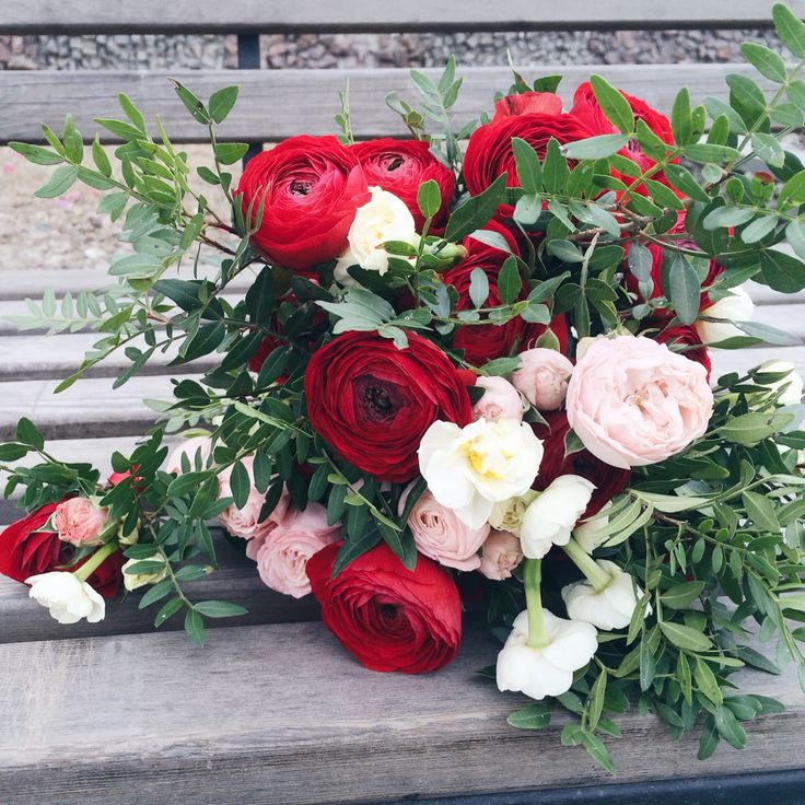 Букет из красных ранункулусов на свадьбу  http://marry-agent.ru https://vk.com/marry_agent