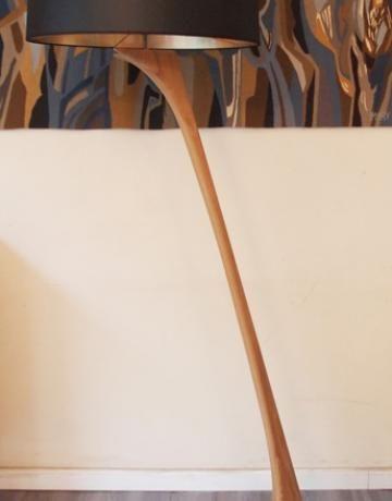 Grand lampadaire en chêne massif avec abat-jour fait sur mesure (possibilité de refaire un abat-jour dans un autre coloris). Travail très raffiné contemporain de qualité. Belle ligne aérienne scandinave.