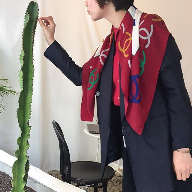 Instagram media laretro_seoul - outer - vintage(미착용) scarf- channel (silk100%) . . #laretro_dailylook #channel#silkscarf #vintage#laretro#샤넬#빈티지#명품빈티지샵#실크스카프#봄쟈켓#라레트로데일리#라레트로