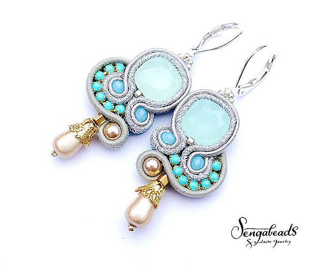 Opale chiaro blu piccoli orecchini con ganci orecchino d'argento. Gioielli di soutache. Orecchini soutache. Perfetto per orecchini da sposa.