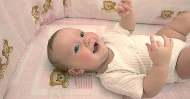 Como fazer um estofado de proteção para berços. Estofados de proteção para berços foram originalmente concebidos para impedir os bebês de caírem pelas frestas do móvel. Se você quiser personalizar o berço do seu bebê fazendo suas próprias almofadas de proteção, escolha tecidos respiráveis e não coloque muita espuma nas almofadas.