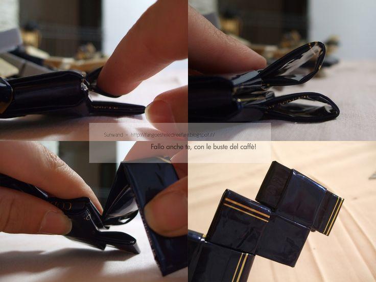 Ecco una pseudo pochette  fatta con le buste del caffè!   Per fare questa borsetta blu e oro  mi sono messa subito al lavoro.   Ora mi a...