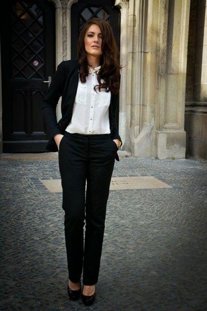 パンツスーツはクールでデキる女の印象がありますよね♪インナーにもキッチリ系のシャツやスッキリとした印象のカットソーなど色々なアレンジができます。そこはTPOをしっかりわきまえてセレクトすることあポイントです。TPO別の素敵なパンツスーツのインナーコーディネートをご紹介します!