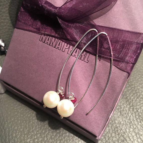 Lange parel en robijn oorbellen trouw oorbellen door NanaPearl