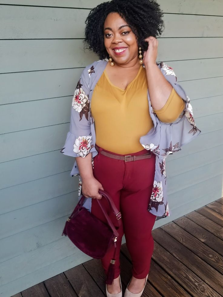 Plus size blogger in mustard tee, gray floral print duster, maroon jeggings, kitten heels.