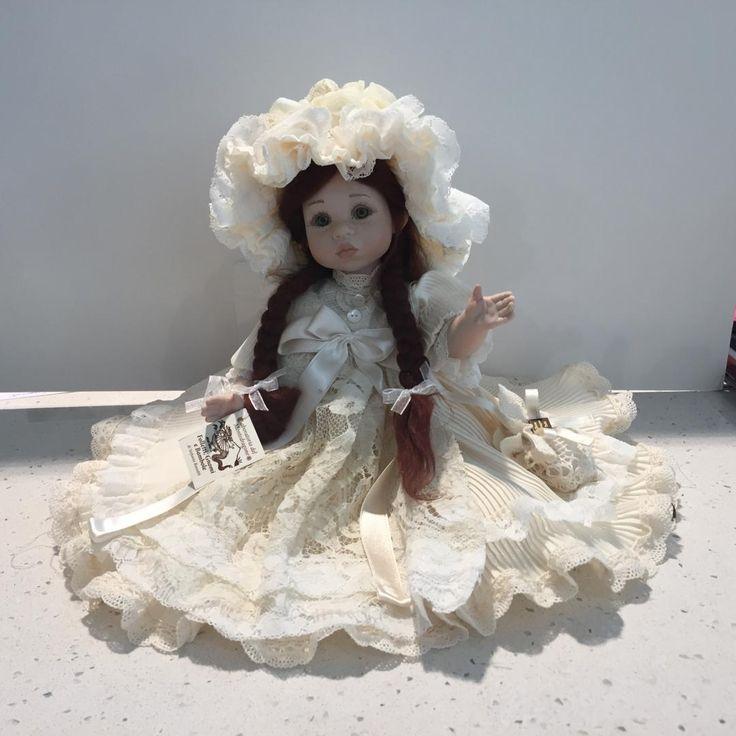 www.elisa-regali.it bellissima bambola in porcellana fatta completamente a mano, può stare sia seduta che in piedi. E' prodotta in Italia da maestri artigiani che confezionano anche gli abiti. E' un pezzo limitato e da collezione. Gli occhi sono in vetro, mentre le ciglia, le labbra e le sopracciglia sono tutte dipinte a mano. Si chiama Maria e misura 30 cm.