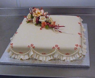Dort marcipánový * s kytičkou květů - k narozeninám.