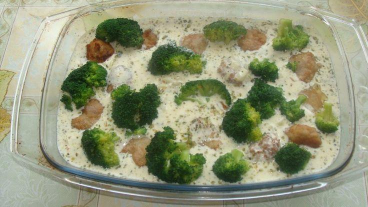 Pulpety zapiekane w sosie śmietanowym z brokułami
