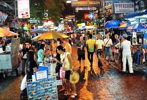 Khao San Road Night Market. Si anima già dalla tarda mattinata ma è alla sera che raggiunge il massimo del movimento. Shopping trash ed a basso costo qui: magliette, sandali, zaini e tatuaggi.    Come arrivare? Khao San è vicino al Democracy Monument, niente metropolitana e Skytrain, occorre un taxi oppure il tuk tuk. Fino al tardo pomeriggio puoi andarci in barca lungo il fiume, il pier giusto è Phra Arthit.  Credit: flickr.com/photos/kevinpoh/