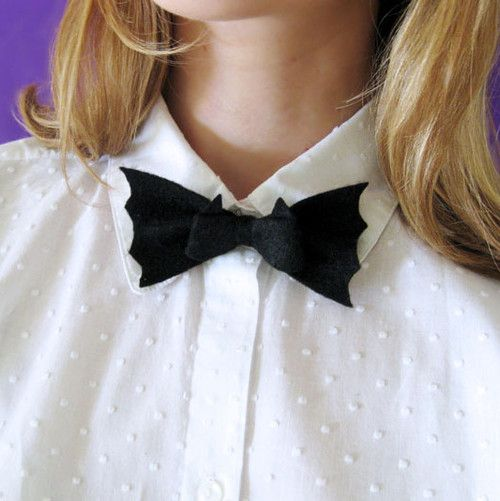 halloweencrafts:    DIY Halloween Felt Bat Bow Tie Tutorial with Template from wear the canvas here. For this easy DIY you really only need felt, a safety pin, and thread.    I love this DIY - it is easy, appropriate for most jobs and you could jazz it up with red gem eyes or whatever. Great project…thanks!!!: