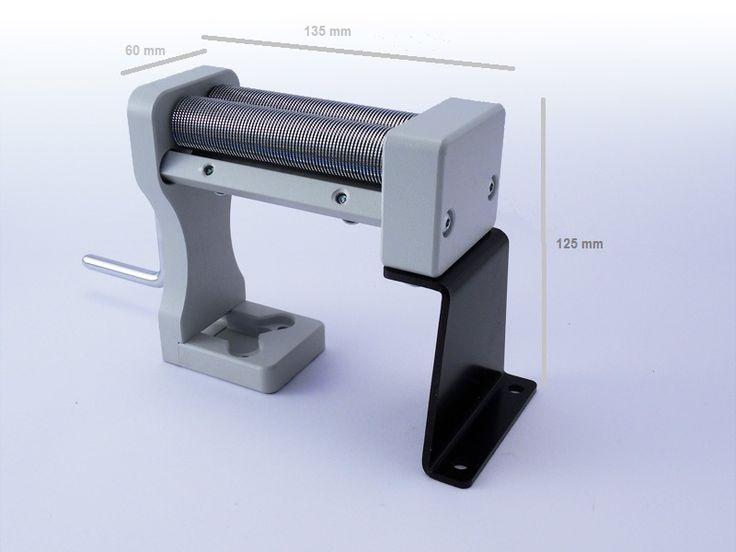 Masina TREZO 100 - masina de taiat tutun si plante aromatice; taie firicele la aprox. 0.8 mm; tamburii (cilindrii) si pieptenii - otel; lungime cilindrii - 10 cm. Pentru mai multe detalii si comenzi: www.tuburipentrutigari.ro