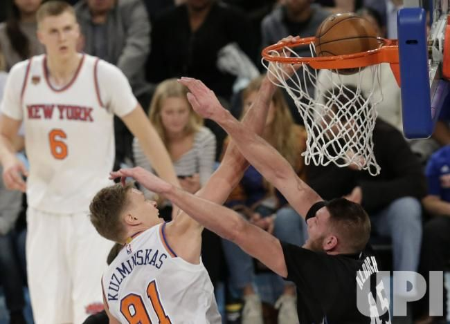 Knicks Mindaugas Kuzminskas dunks over Cole Aldrich