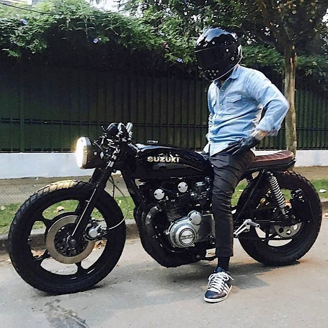 by CAFE RACER | TAG: #caferacergram # | @german.maier on his Suzuki GS550 brat cafe | Photo by @lamilladeldiablo #bratcafe #suzuki #gs550 #gs550caferacer #suzukigs550 #suzukicaferacer #ateliersruby #rubyhelmet #rubyhelmets #caferacer #caferacers See more on our profile or at facebook.com/caferacers
