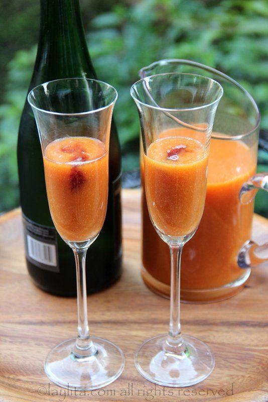 Coloque o purê de pêssego e um pouco de licor de framboesa em cada taça