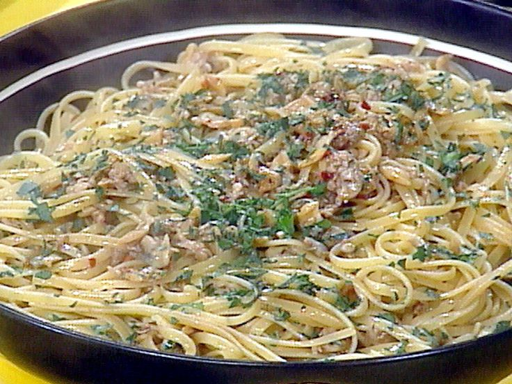 Get this all-star, easy-to-follow Linguini with Clam Sauce recipe from Rachael Ray