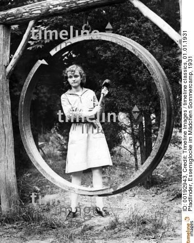 http://timelineimages.sueddeutsche.de/pfadfinder-essensglocke-im-maedchen-sommercamp-193_192943_p1.jpg