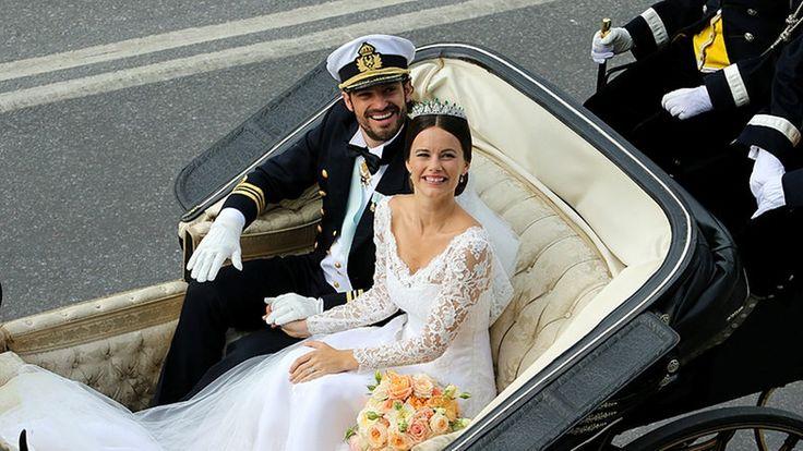 Prinz Carl Philip und seine Frau Sofia sitzen in einer offenen Kutsche. © picture alliance / IBL Schweden Fotograf: Charles Hammarsten