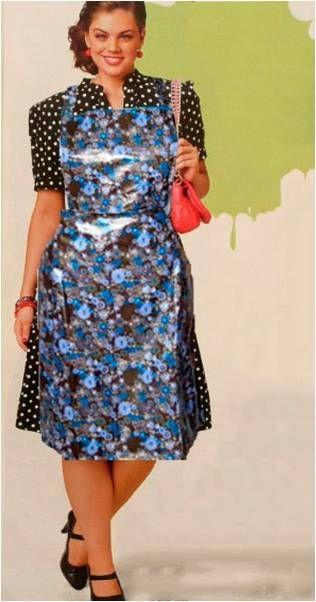 Stattliche Hausfrau beim Einkauf mit ihrer PVC Schürze
