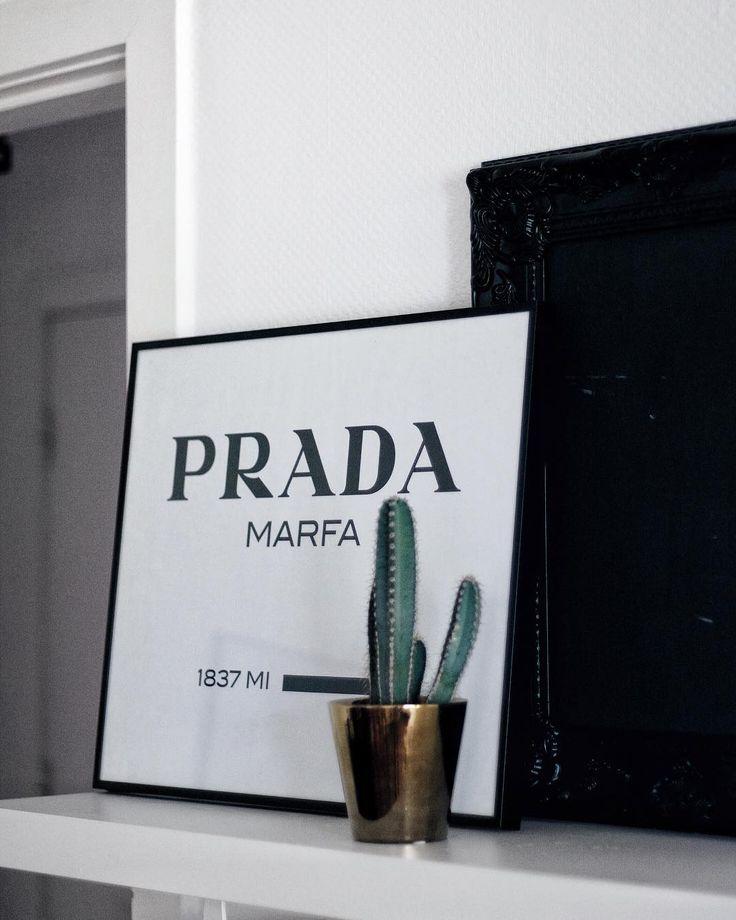 Prada Marfa Bild, Kaktus und goldene Details