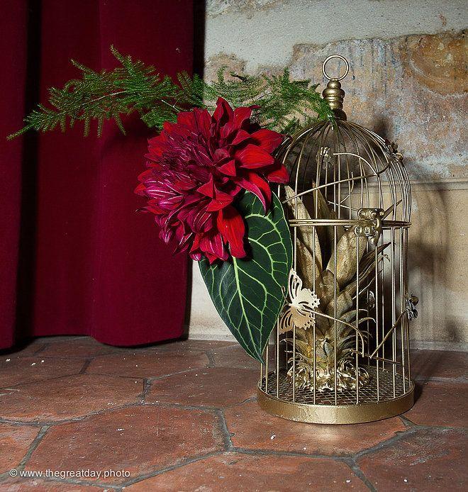 Mariage Afrikasia | La soirée - décoration des buffets par Drissia - composition florale et cage à oiseau dorée.  | Crédit photo : www.TheGreatday.photo
