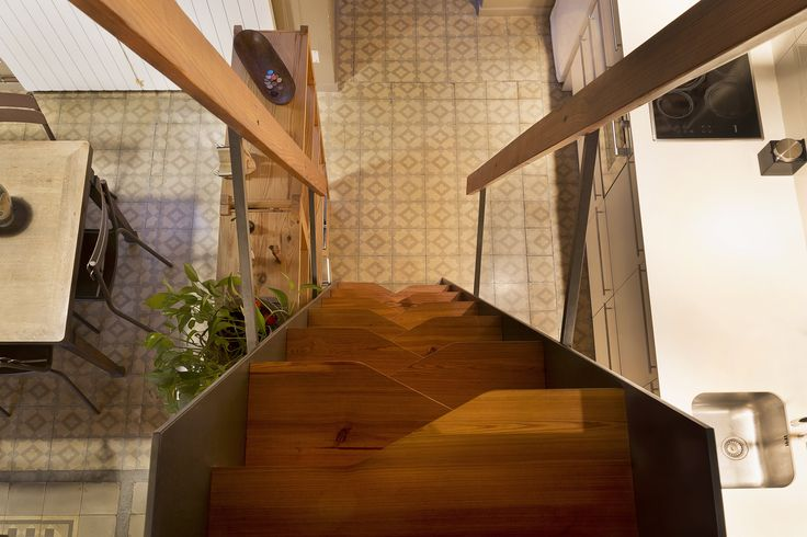 The staircase is based on a Japanese design. It offers a smart solution because there wasn't enough space for a normal open staircase.