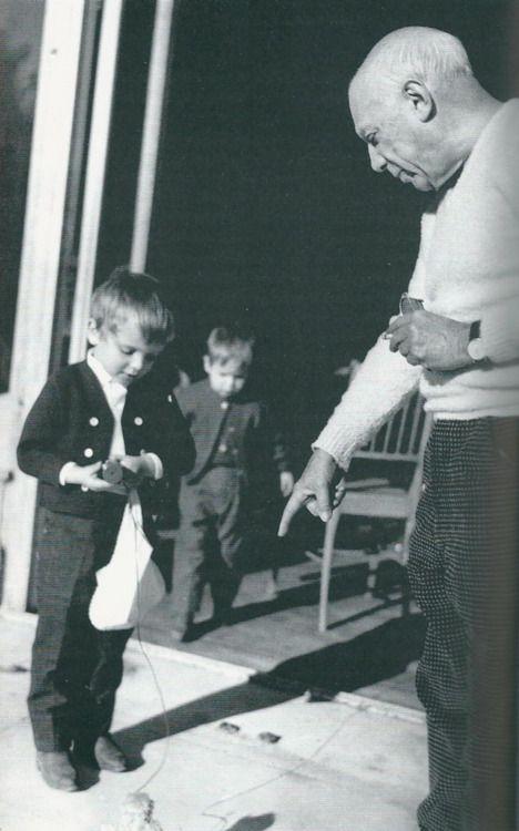 Picasso jugando con Miguel y Lucía Dominguín en La Californie.