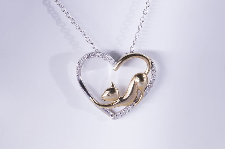 Stříbrný přívěsek ve tvaru srdce s kočičkou a diamanty.  #klenotnictvipraha  #zlatnictvipraha  #sperky  #nahrdelnik  #privesek  #kocka  #srdce  #diamant  #stribro  #stribrneprivesky  #moda  #stribro  #klenotacz