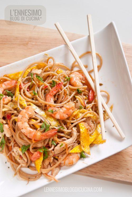 Il Phad Thai, o Pad Thai, è forse il piatto più conosciuto della cucina thailandese, a base di noodles, pollo, gamberi, uova e verdura di stagione.